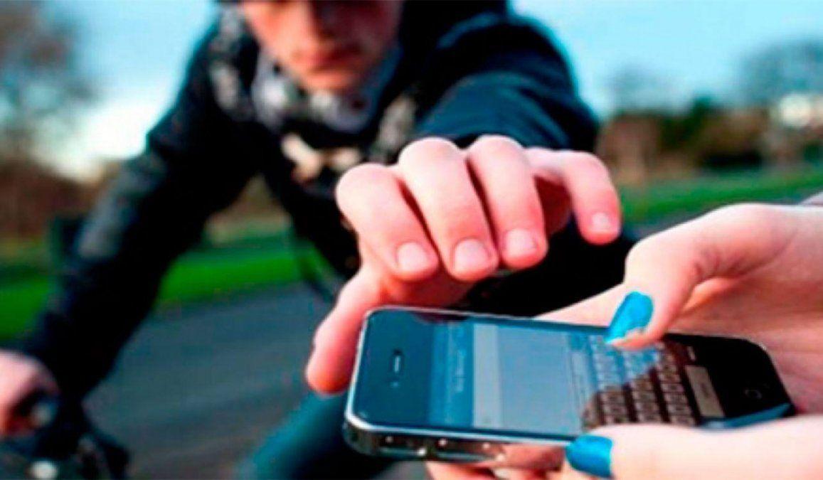 El robo de celulares es uno de los delitos más comunes en la zona de la Terminal de Mendoza.