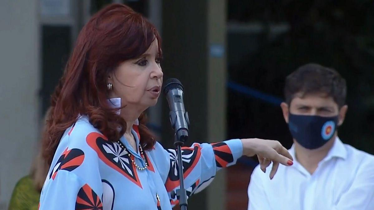 Cristina Kirchner durante un acto por el 24 de Marzo en la ciudad bonaerense de Las Flores junto al gobernador Axel Kicillof.
