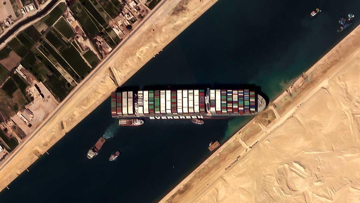 El buque portacontenedores lleva cinco días atravesado y bloqueando el paso de otros barcos en el canal de Suez.