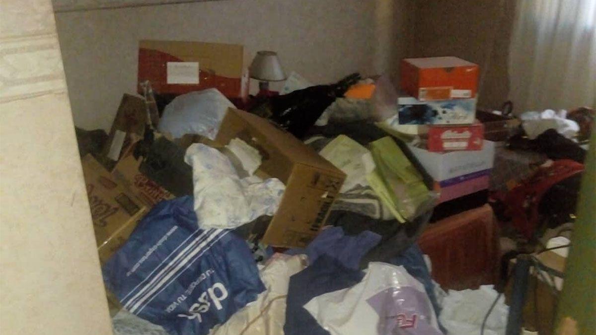 Así quedó la casa donde tres delincuentes tuvieron encerrada a una mujer más de una hora.