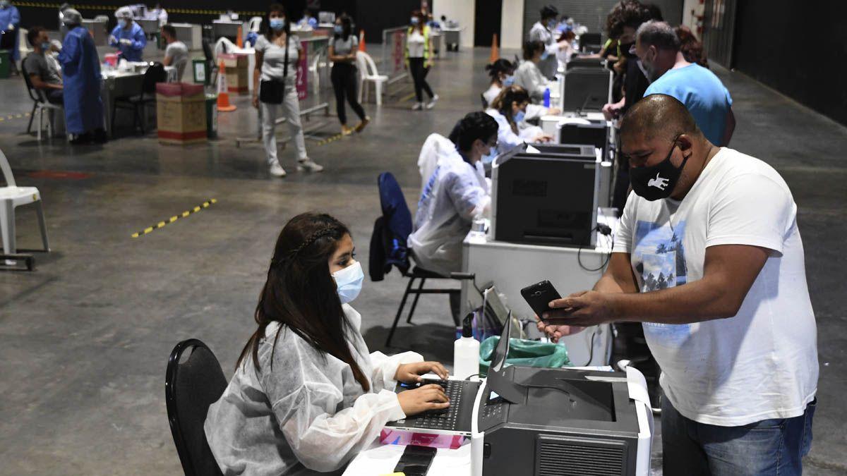 Los contagios de coronavirus en Argentina ya superaron los 2 millones desde que comenzó la pandemia en el país.