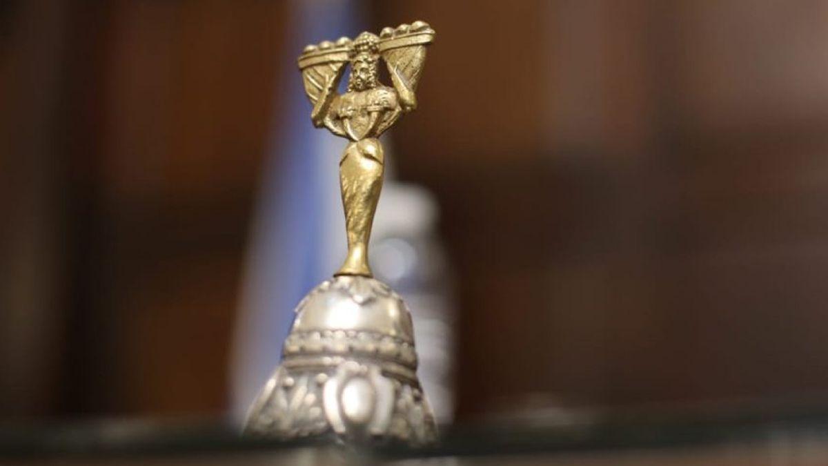 En 1923 se comenzó a usar la campana para el llamado al orden en las sesiones de la Legislatura.