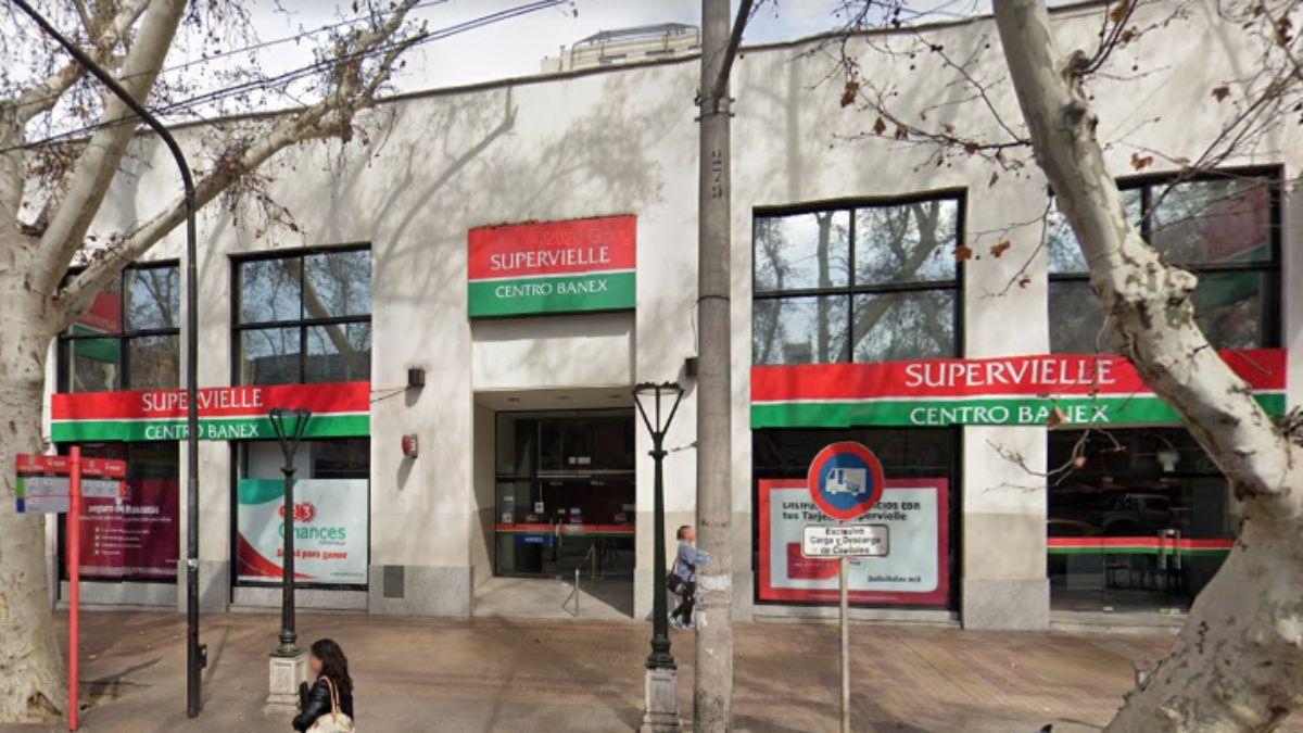 En el salón de cajeros automáticos que da a la vía pública del banco Supervielle de calle Las Heras al 452 dormía el indigente Gonzalo Rubio