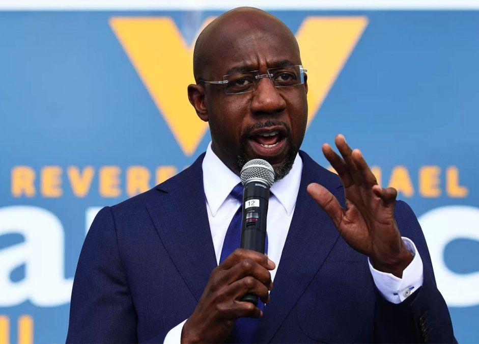 El afroamericano Raphael Warnock ganó una de las dos bancas que Georgia tiene en el Senado y dejó bien posicionado al partido del presidente electo