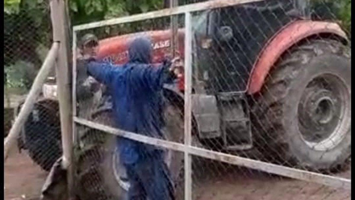 Grave conflicto en Colonia Segovia. El dueño de un campo avanza con su tractor contra un grupo de trabajadores que explotan la tierra desde hace años. Las agresiones fueron denunciadas ante la Justicia.