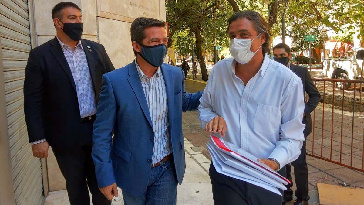 Andrés Lombardi acompaña a Víctor Ibañez en el ingreso a la Legislatura para presentar la lista de vacunados.