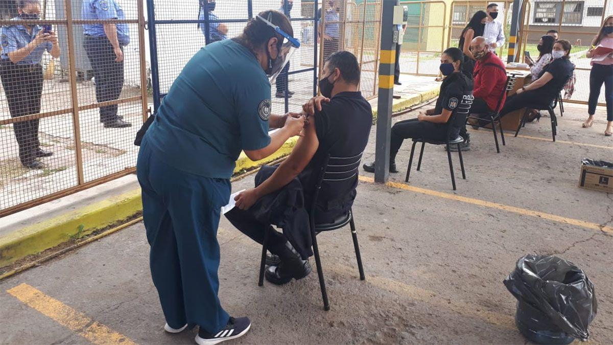 Comenzaron a vacunar a policías y penitenciarios