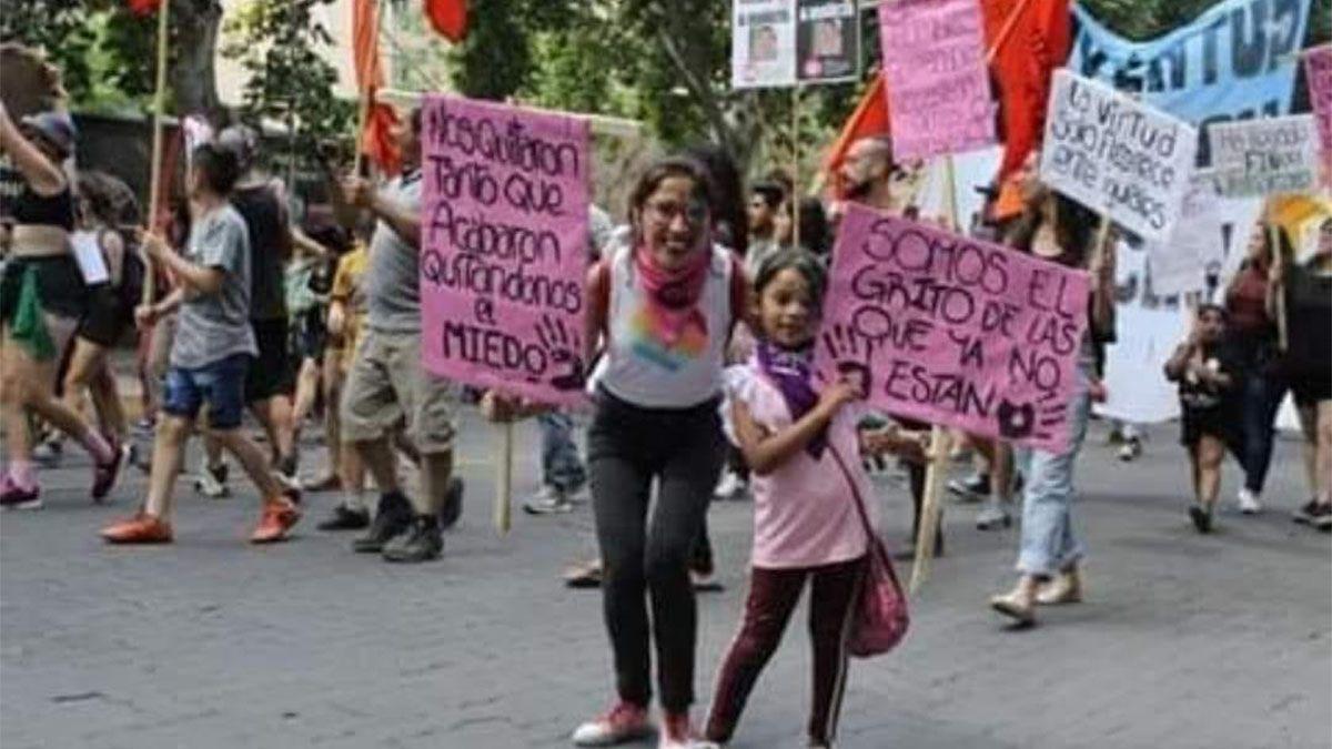 Lorena Alfaro junto a su hija Evangelina en una marcha de Ni una Menos