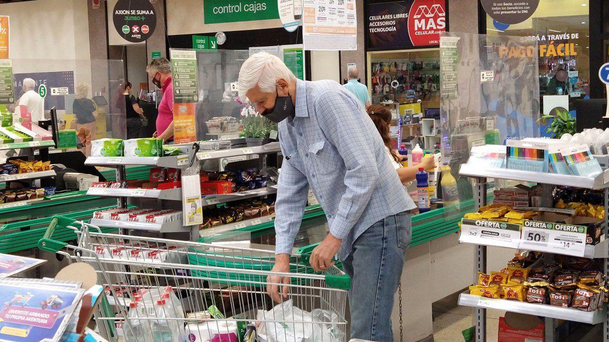 Quieren que no haya más golosinas ni gaseosas en las cajas de los supermercados