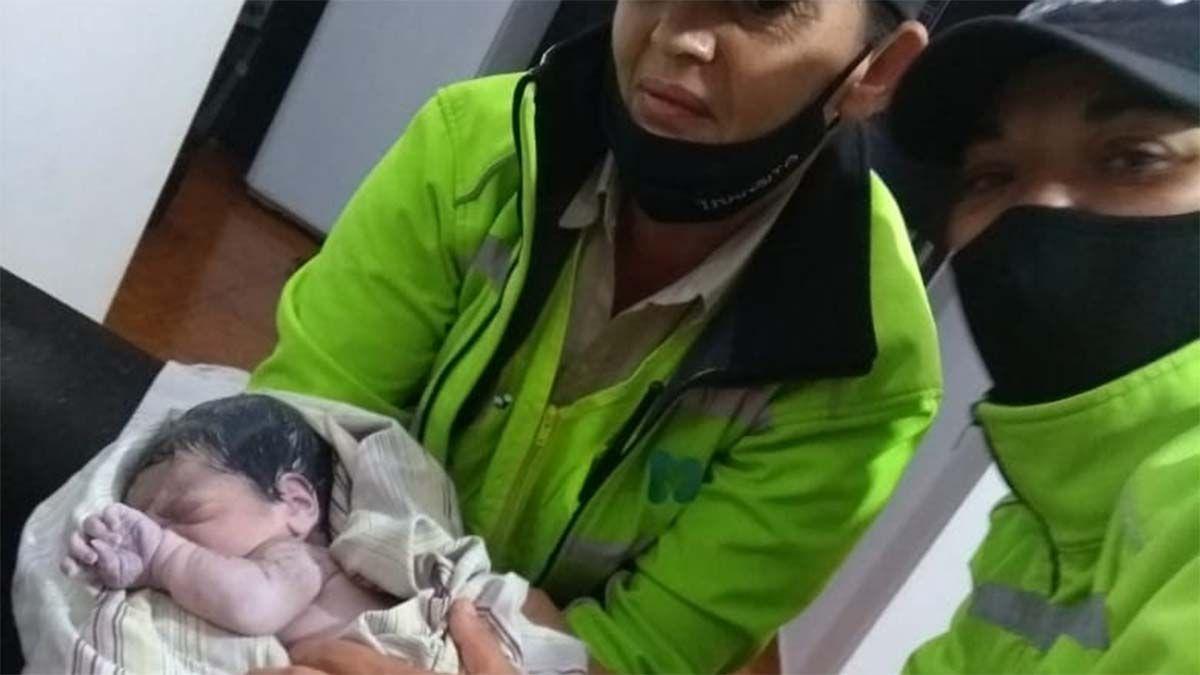 Cuatro agentes de tránsito ayudaron en un parto en una casa