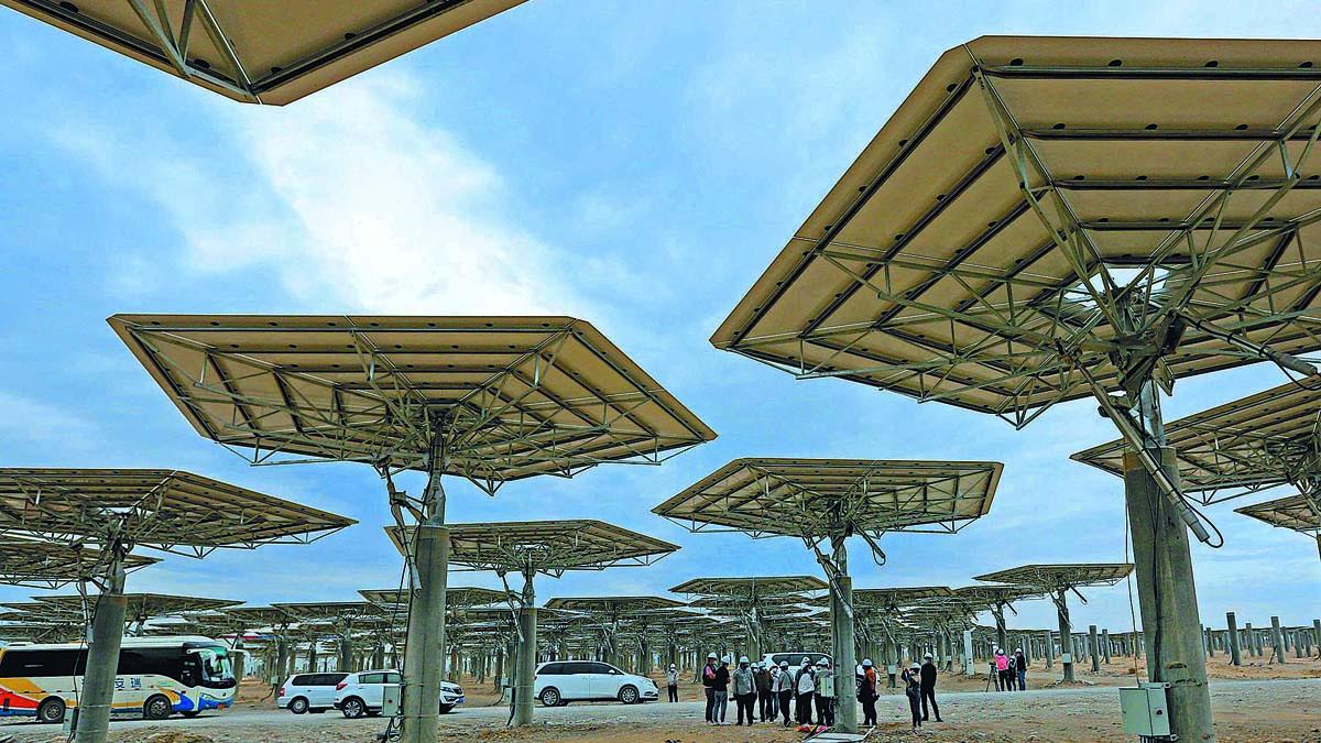 Los turistas visitan una estación de energía solar en Hami