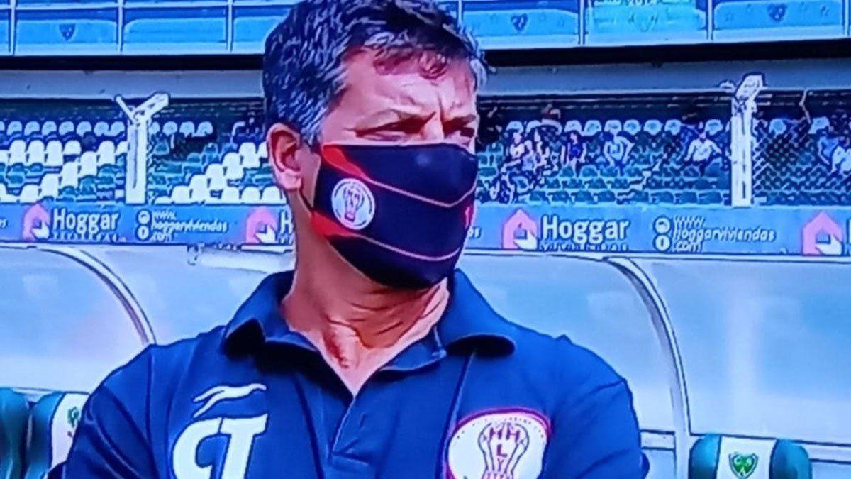 José Pepe Pérez fue el entrenador de Huracán ante la ausencia de Darío Alaniz.