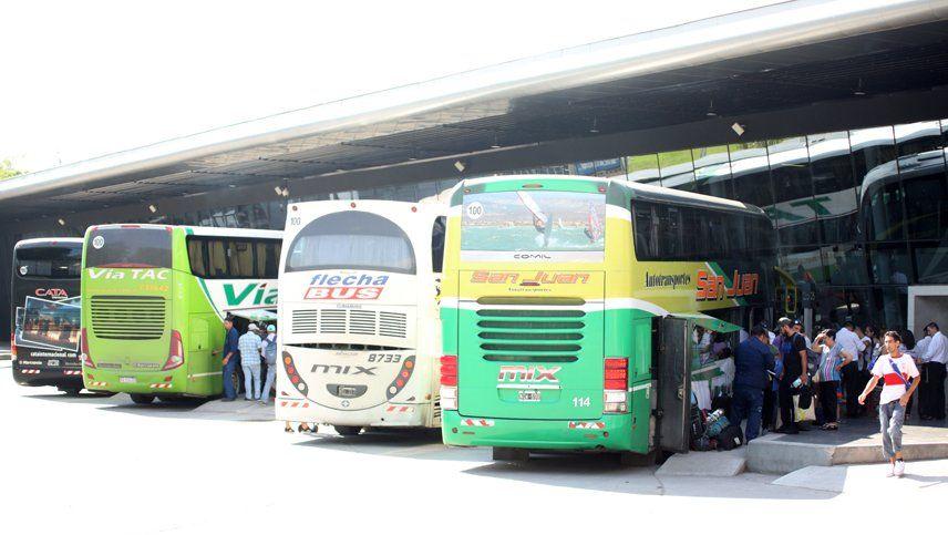 Micros doble piso: críticas hacia los colectivos que no salen de las terminales