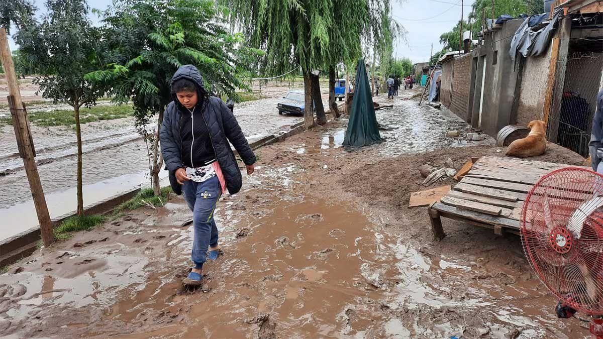Muchos trastornos provocaron las copiosas lluvias caídas este domingo por la noche en Mendoza y obligaron a Defensa Civil a realizar decenas de intervenciones y evacuaciones. Resultaron 10 casas afectadas y dañadas por el agua.