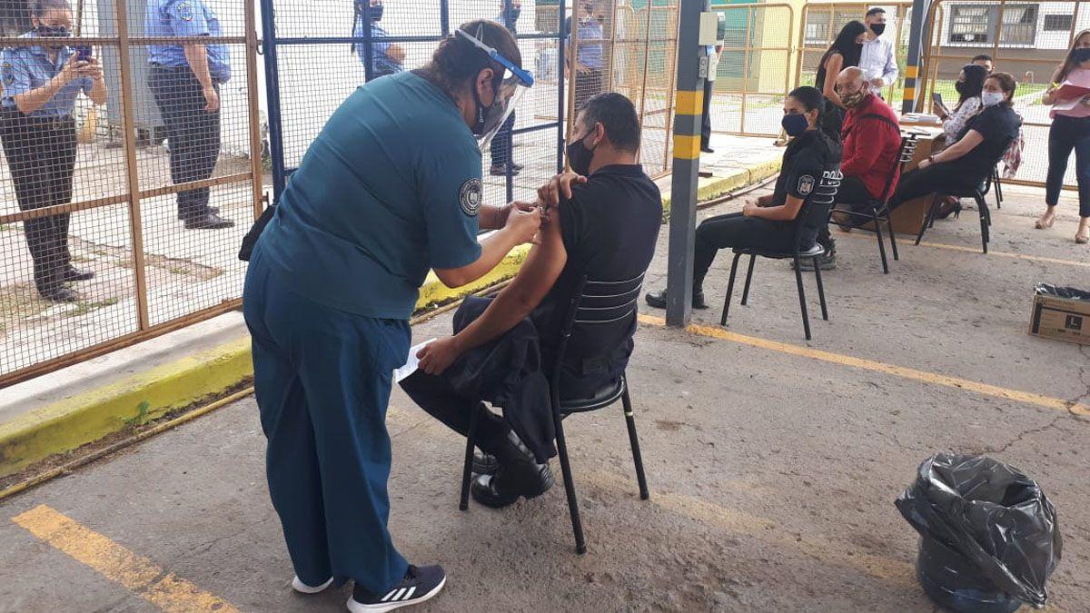 La inoculación de los policías comenzó con la partida de vacunas chinas.
