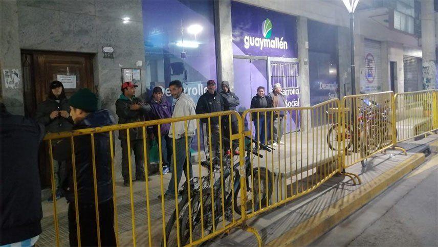 Coronavirus: mucha gente pasó la noche en Desarrollo de Guaymallén por un bolsón de comida