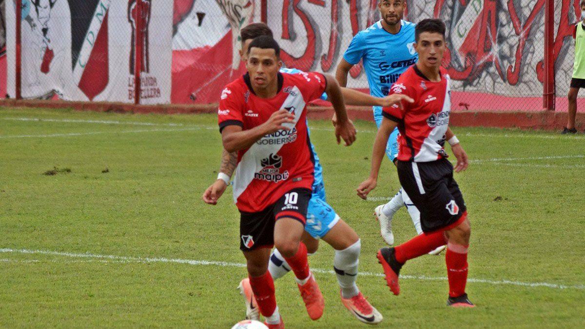 Álvaro Veliez está junto a Agustín Manzur en el partido ante Temperley.