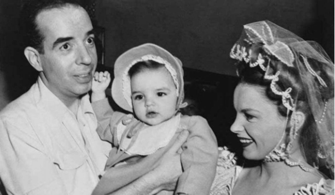 Liza bebé con sus padres famosos.