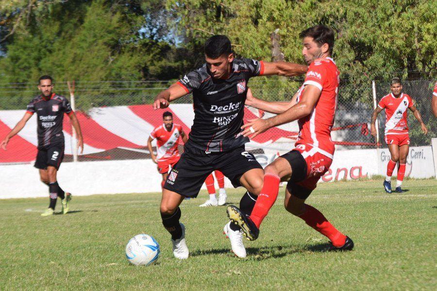 Diego Tonetto lucha con un jugador de Sansinena.