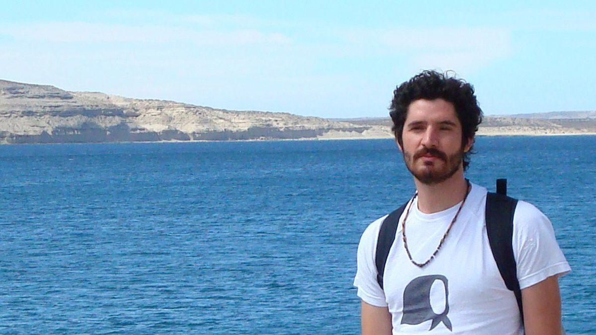 Falleció por Covid Frenando Bravo (remera rayada) joven profesor de Literatura y hay una gran conmoción en la zoan Este y Luján