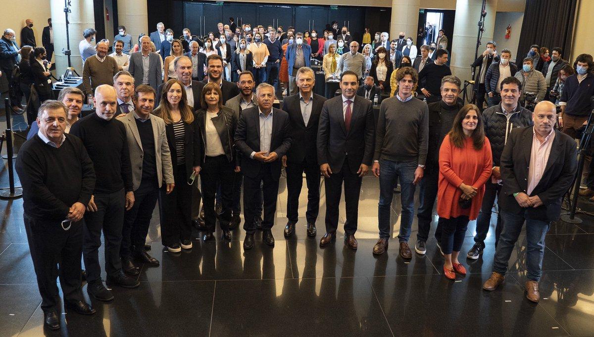 Los líderes de Juntos por el Cambio junto con los ganadores del primer capítulo de las elecciones 2021.