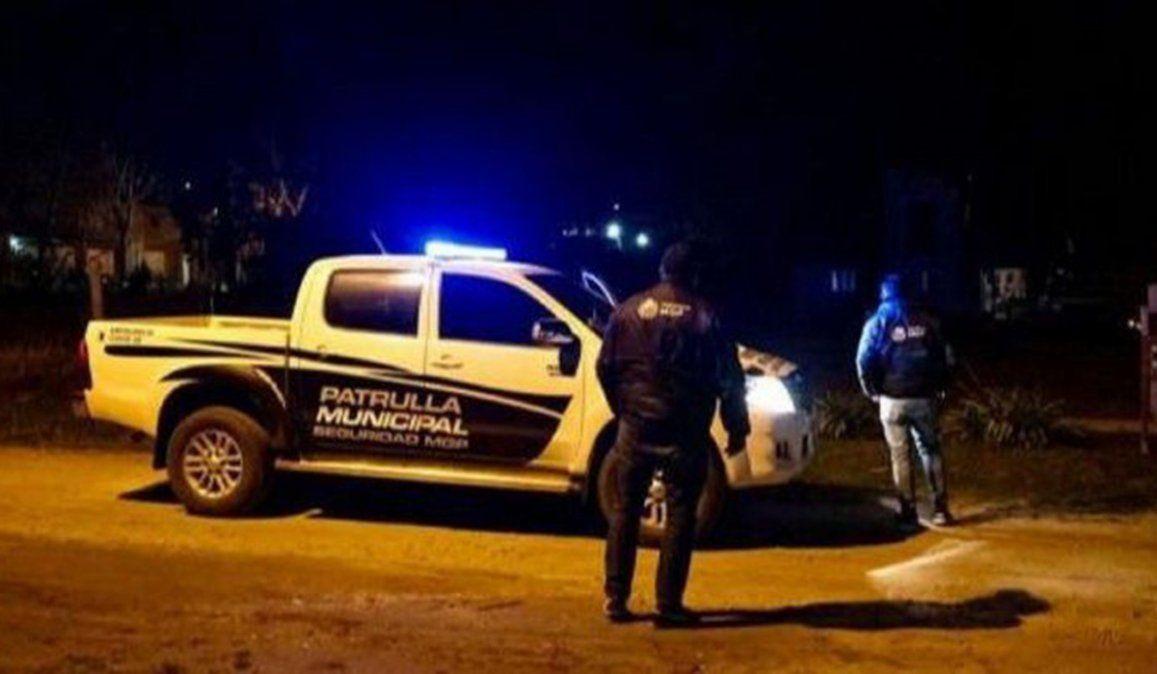 La policía llegó a una casa del barrio Jardín de Stella Maris de Mar del Plata por una denuncia de una fiesta clandestina y durante el operativo un policía fue asesinado de un disparo. Un hombre de 69 años fue detenido