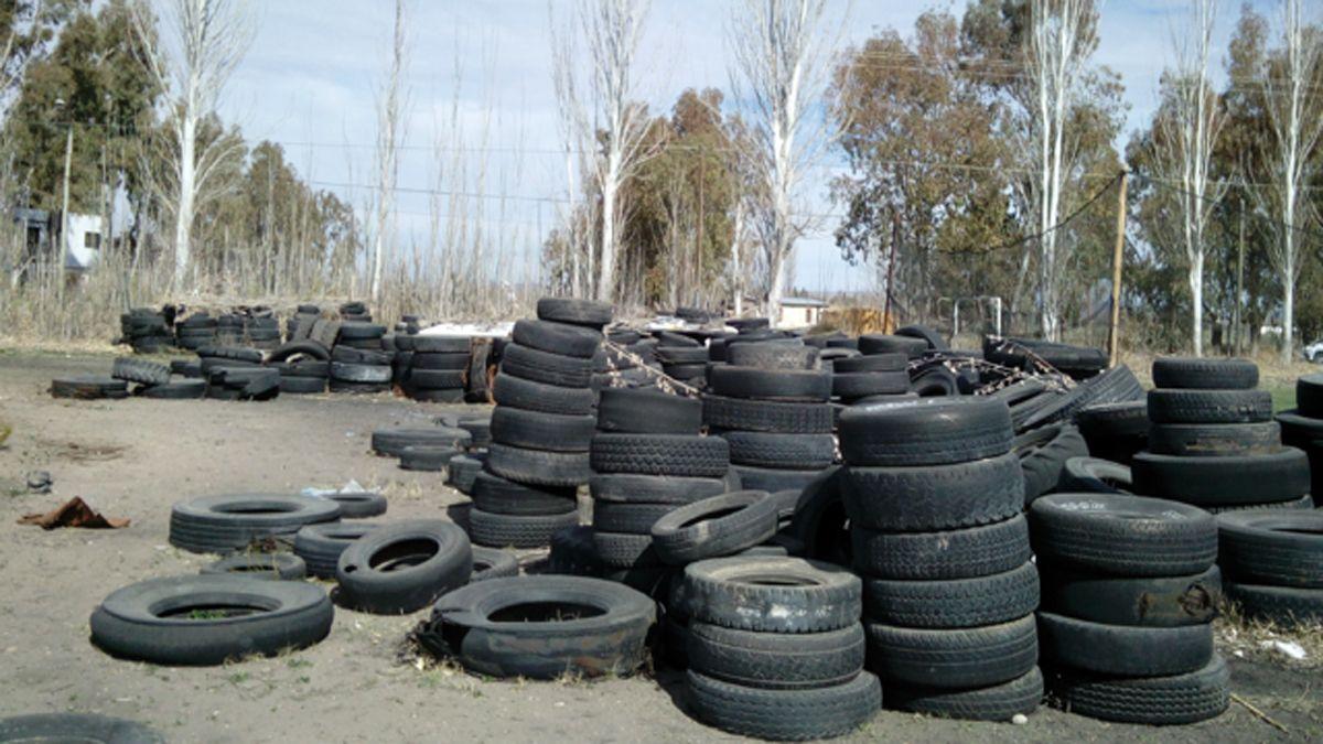 Los neumáticos son fuentes de contaminación ambiental.