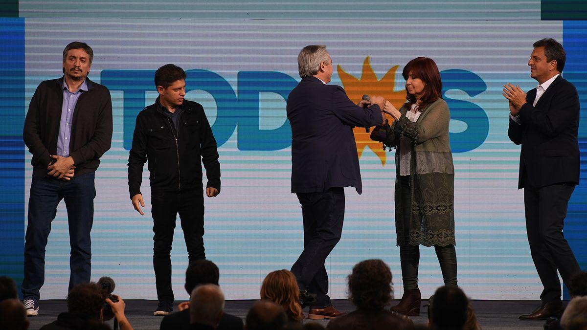 Se saludan Alberto y Cristina. A Máximo Kirchner y Axel Kicillof se los ve serios. Sergio Massa comparte el escenario.