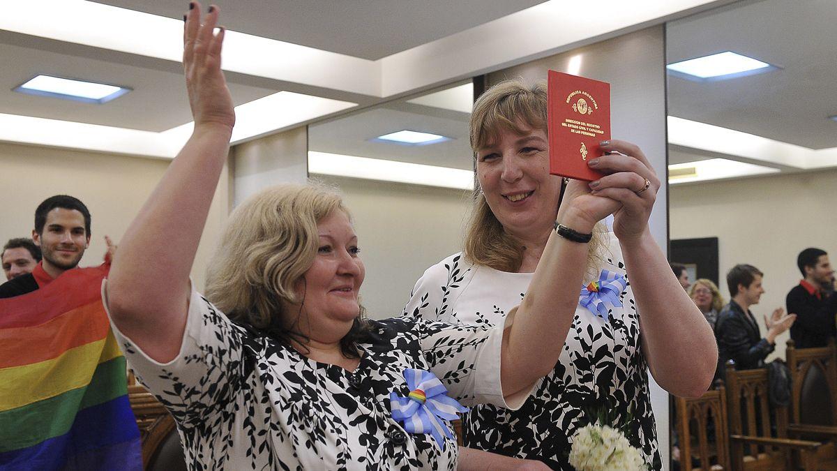 A 11 años de la sanción de la años de la sanción de la Ley de Matrimonio Igualitario, solo uno de cada 67 matrimonios igualitarios celebrados en la última década terminó en divorcio. Marina Mironova (i) y Oxana Tomofeeva (d), una pareja rusa perseguidas en su país de origen por su orientación sexual, que se casaron en 2014.