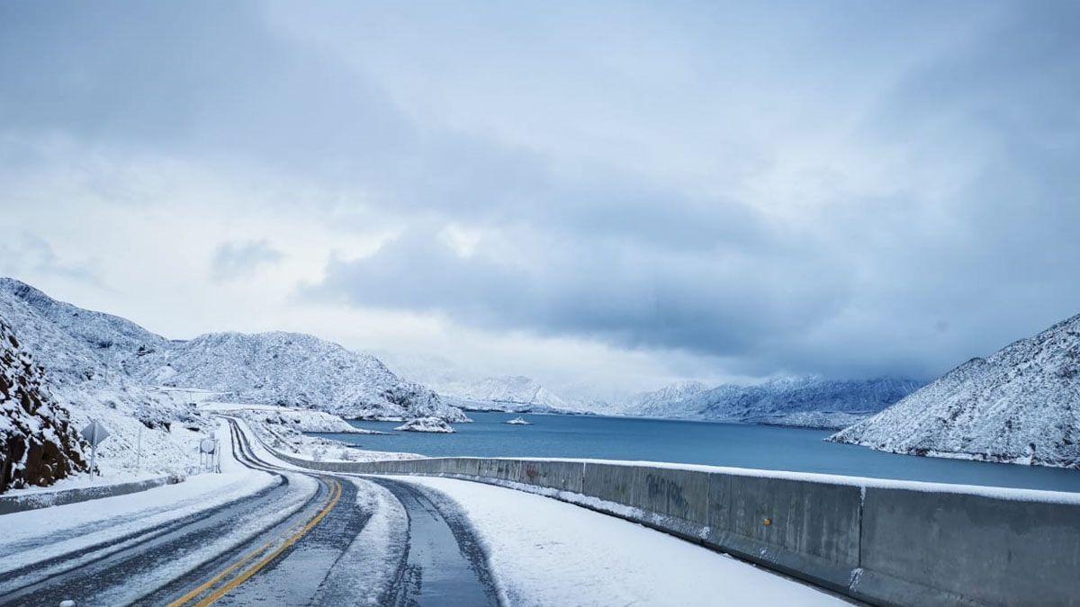 Así se veía el dique de Potrerillos con la última nevada. El turismo en Mendoza sigue a pleno a pesar de la falta de nieve