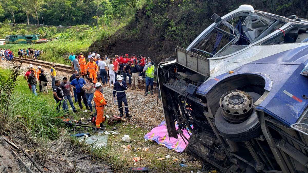 Así quedó el micro tras caer por un acantilado de 15 metros y se sospecha que un segundo vehículo estaría vinculado con el accidente.