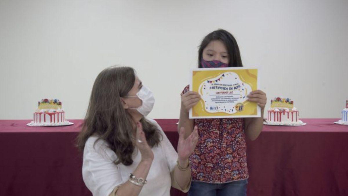 La ministra de Salud Ana María Nadal le entregó a esta niña el diploma que acredita el fin del tratamiento oncológico en medio de la emoción de todos los presentes en el Notti.