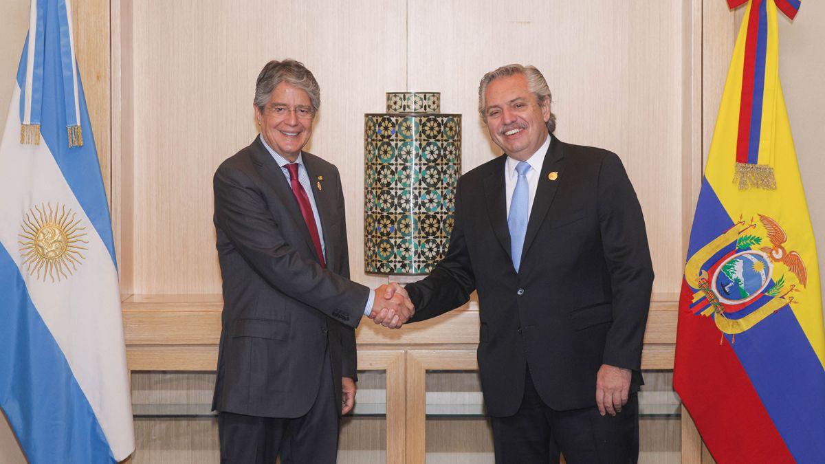 Guillermo Lasso, presidente de Ecuador saluda a Alberto Fernández.