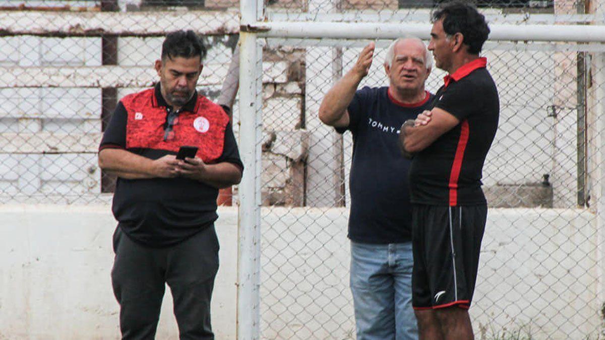 Darío Alaniz está junto al presidente del Globl¡o