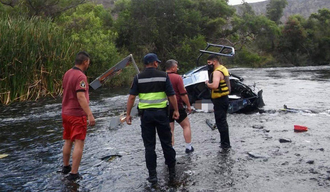Peritos buscan las causas de la caída del helicóptero de Jorge Brito.