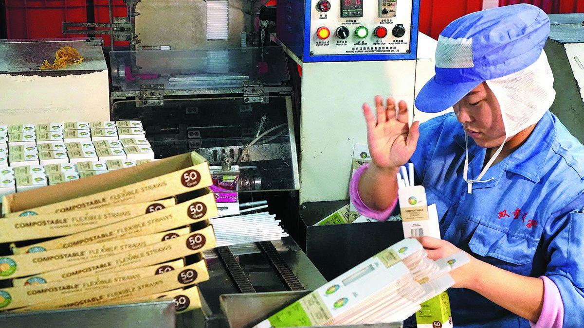 Una empleada empaqueta sorbetes comestibles hechos de almidón en Yiwu