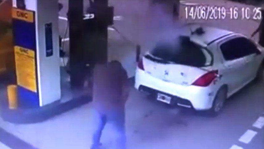 Video: narco fue a cargar gas, hubo una explosión y la cocaína voló por el aire
