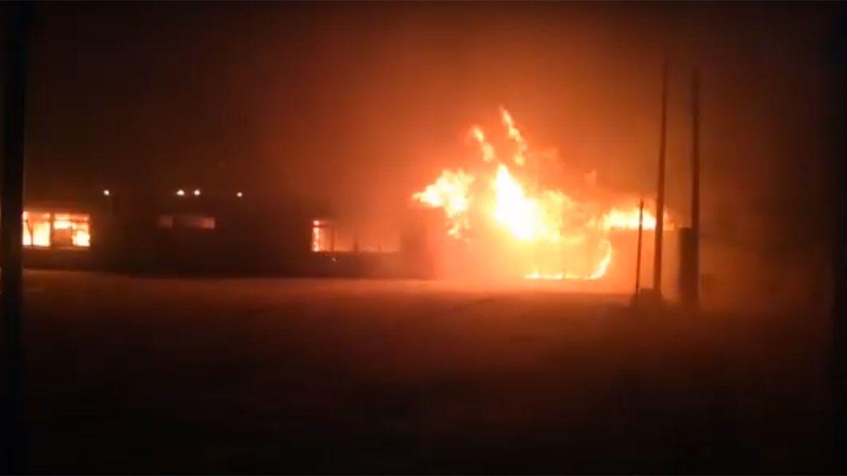 Impreionante incendio en un colegio de Tres Portelas