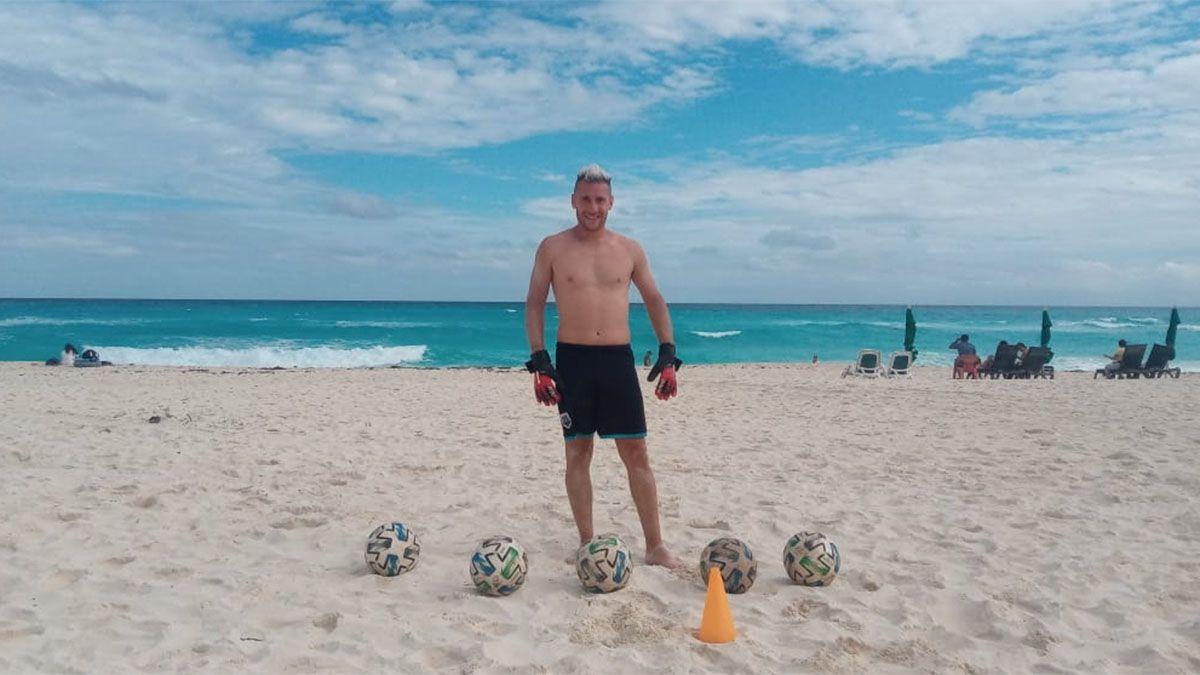 Se dio el lujo de entrenar en una paradisíaca playa.