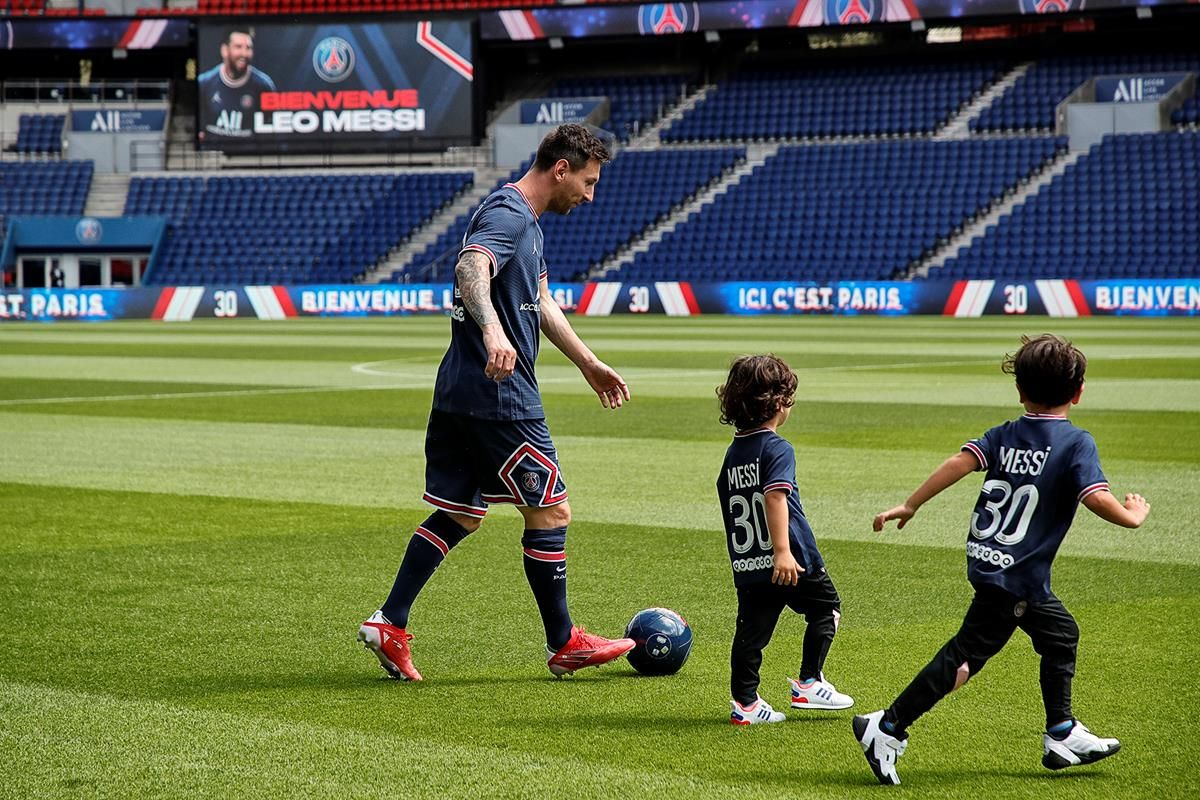 El debut de Lionel Messi en el PSG fue jugando con sus hijos en el Parque de los Príncipes.
