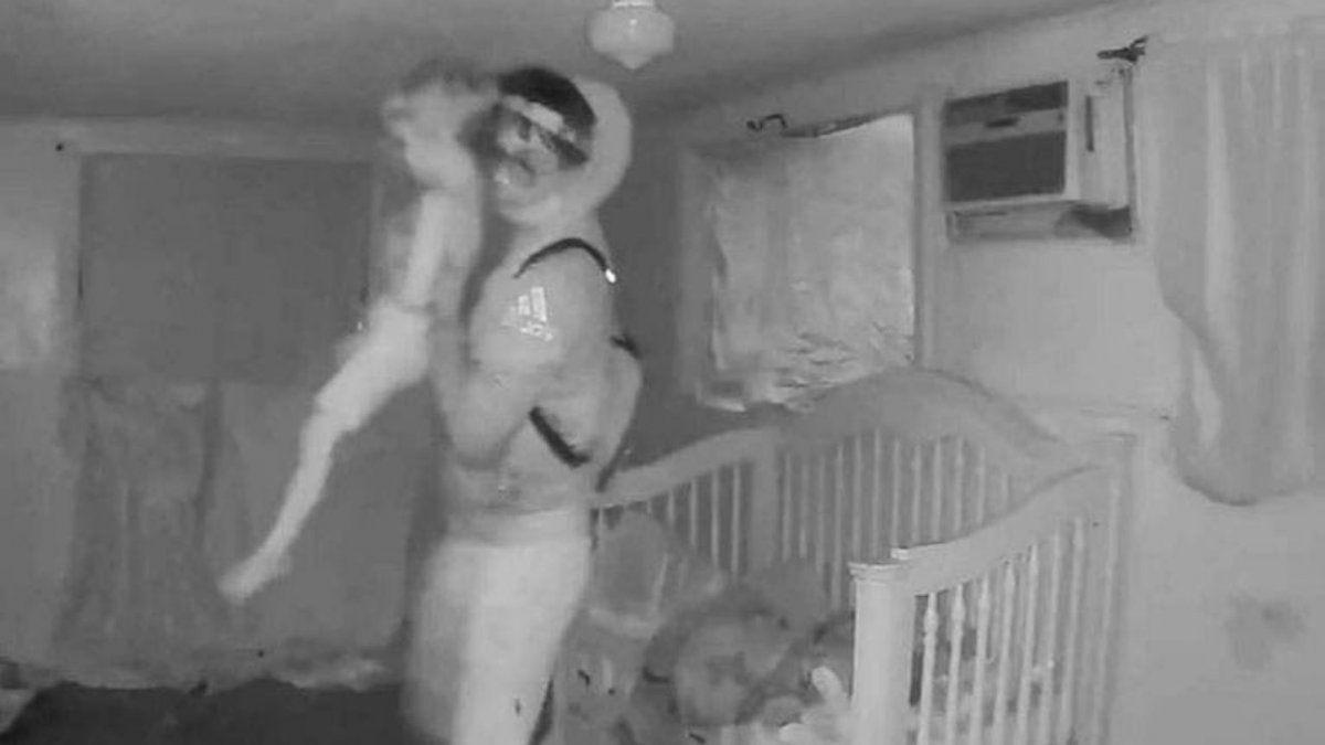 Truculento. Un video muestra cómo se llevaron a uno de los gemelos de 4 años muerto.