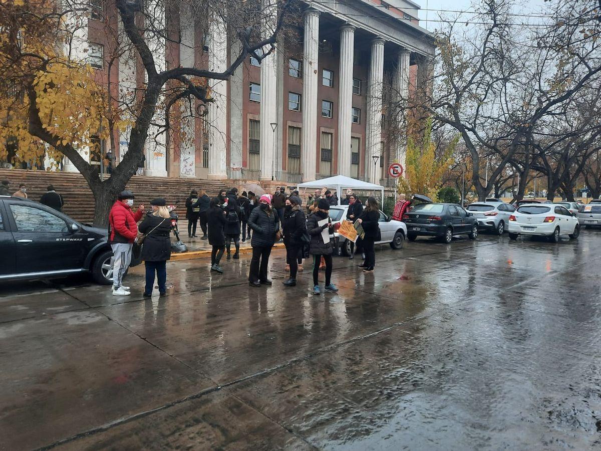 Un momento de la protesta de abogados en las escalinatas de los tribunales de Mendoza.