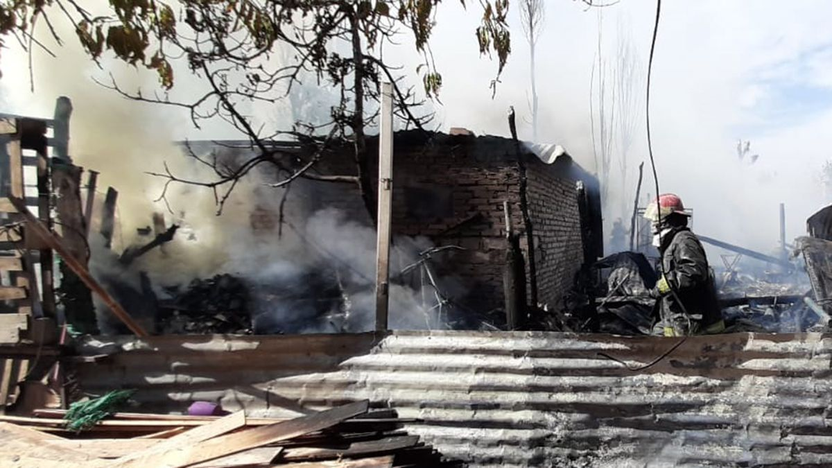 Vecinos y bomberos ayudaron a sofocar el incendio de seis casas en Las Heras.