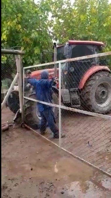 Grave conflicto en Colonia Segovia. El dueño de un campo avanza con su tractor contra un grupo de trabajadores que explotan la tierra
