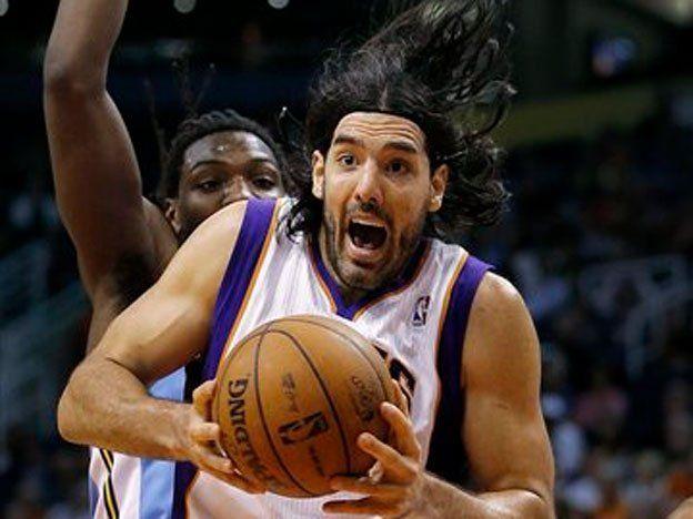 Scola la rompió en el último cuarto y Phoenix venció a los Lakers