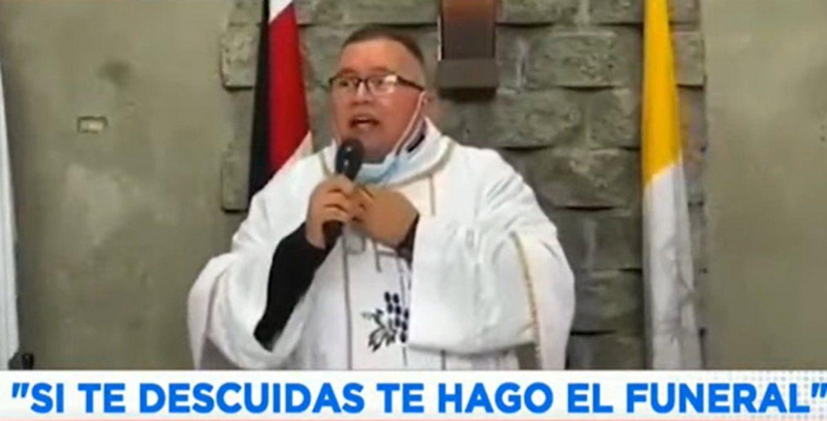 Sacerdote canta contra el Covid: Si te descuidás, te hago el funeral