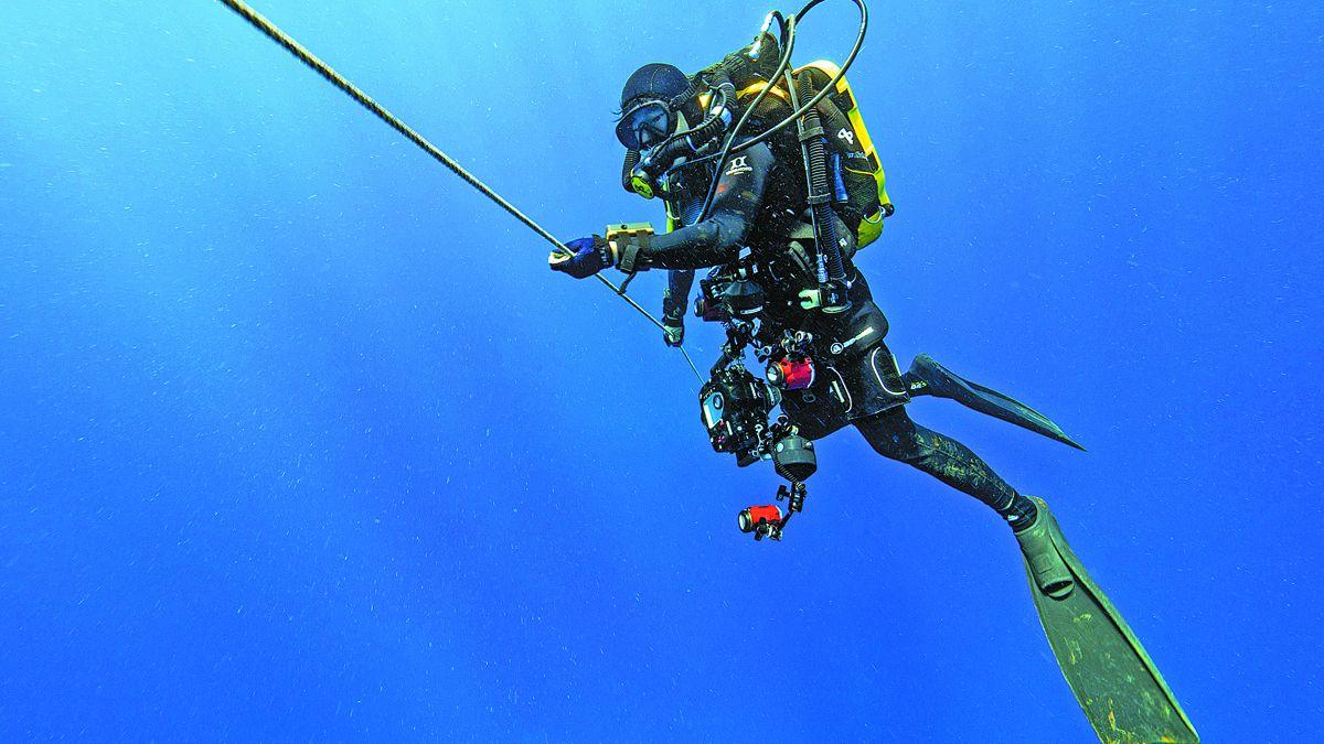 El fotógrafo Zhang Fan desciende durante una inmersión en Brunei el año pasado. PARA USO DE CHINA DAILY