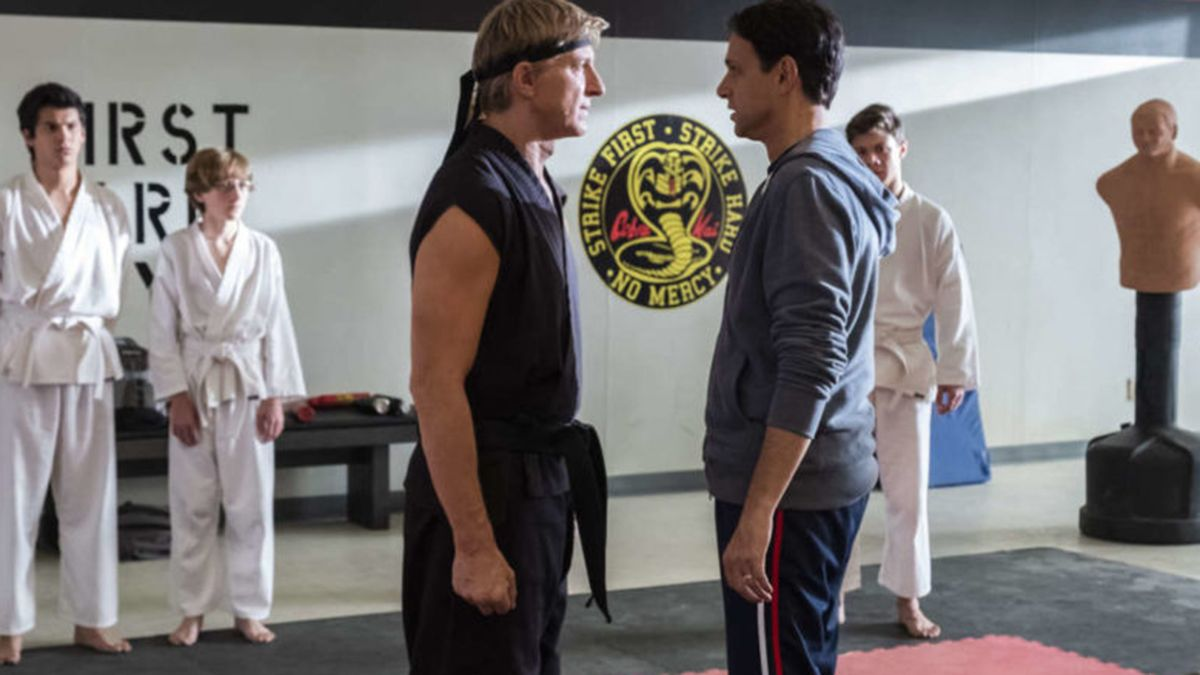 Cobra Kai apela a la nostalgia a través de la saga ochentosa Karate Kid.