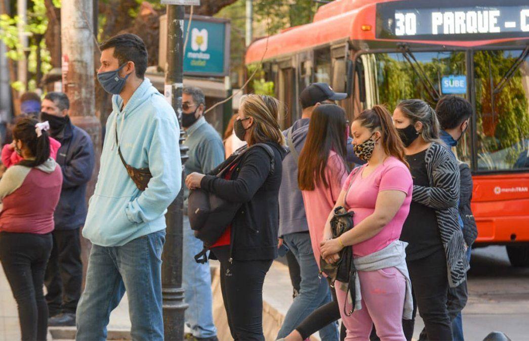 Primer viernes de circulación sin restricciones de salidas por DNI en Mendoza. Las paradas de colectivos en el centro