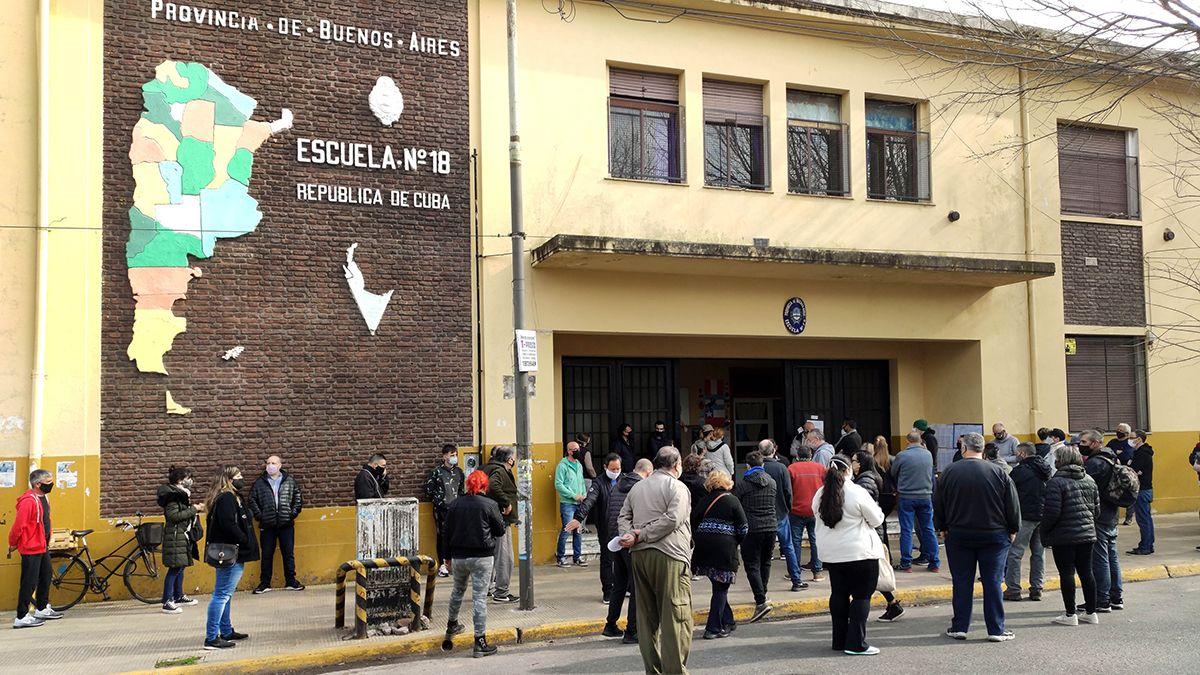 Según información de boca de urna de las PASO 2021 el oficialismo se impone en la Provincia de Buenos Aires y la oposición en CABA.